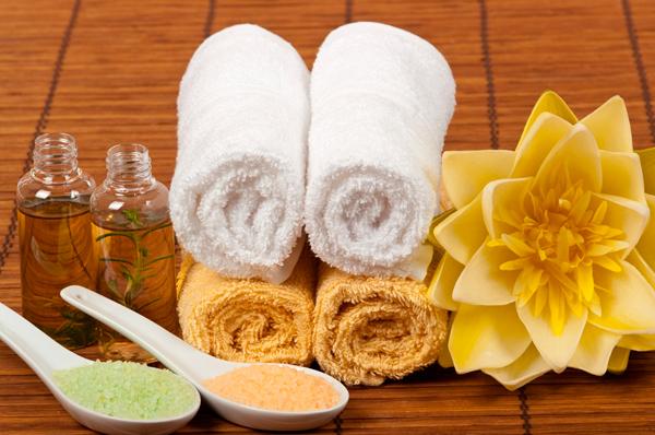 массаж головы с теплым эфирным маслом