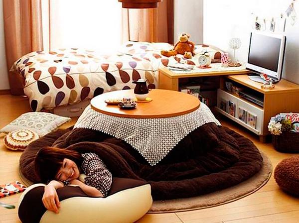 журнальный столик с одеялом