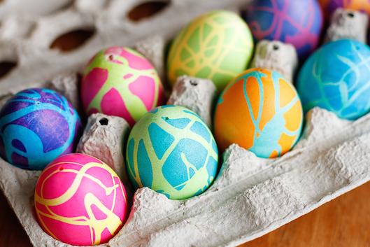 рисунок на пасхальных яйцах резиновым клеем