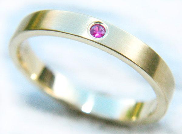 обручальное кольцо с цветным камнем