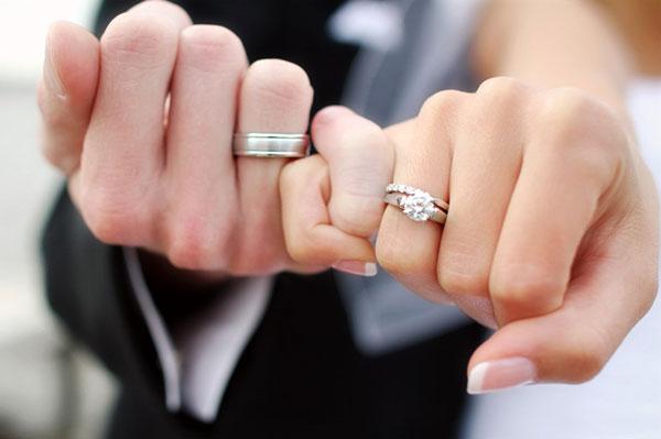два свадбеных кольца на одном пальце